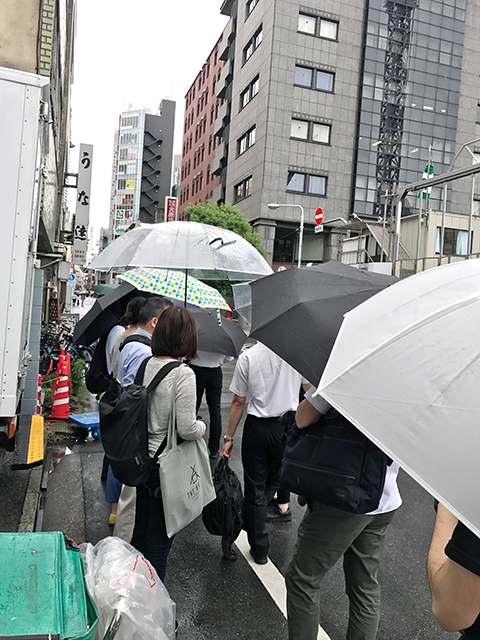 雨の日でも行列ができる うな達 画像