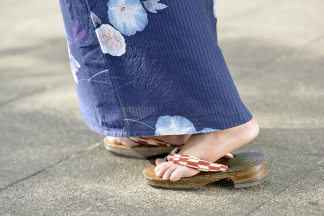 下駄、鼻緒の痛くない履き方・歩き方。通販で選ぶ女性・子供の下駄 画像